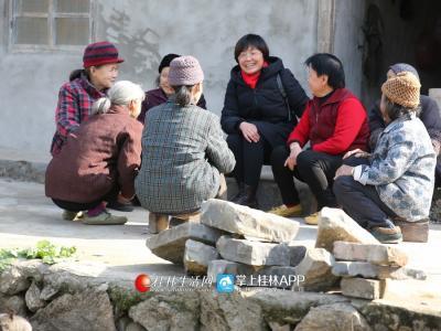 蒋俊作为一名驻村的女性第一书记,她的亲和力让村民感到亲切。