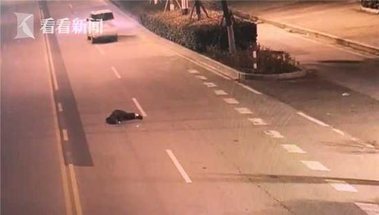据悉,摔下车的男子受伤并不严重,目前正在静养中。