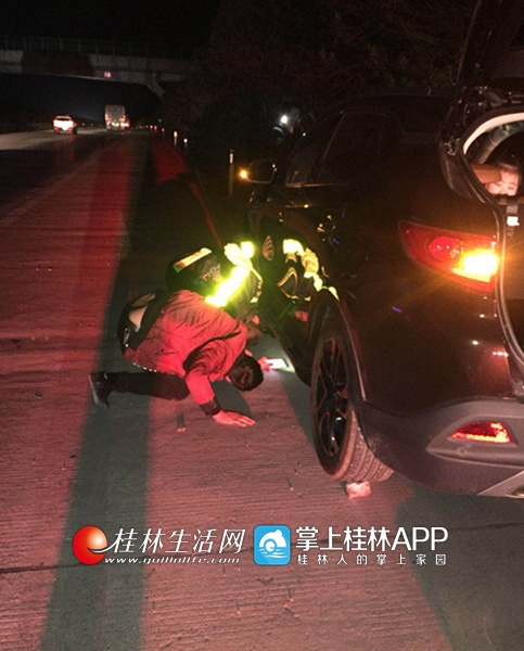 回家过年因汽车爆胎被困高速 交警出手20分钟消除隐患