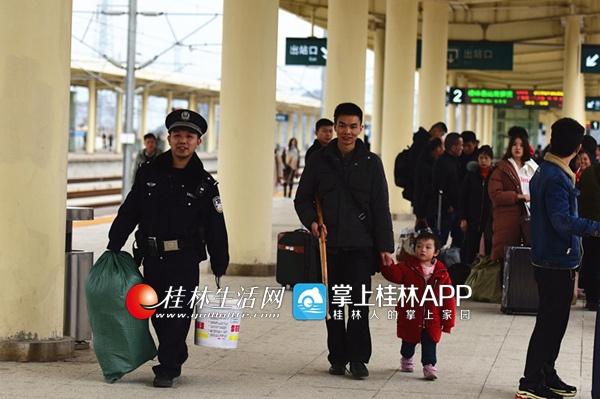 """春运路上的别样风景 桂林铁警的暖心""""春节梦"""""""