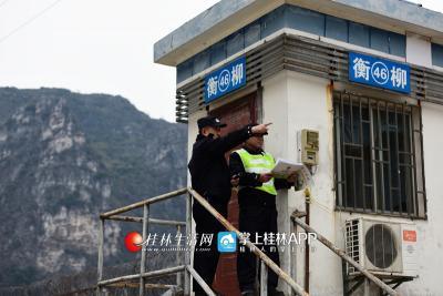 吴联华在巡查完线路后,站在岗亭上跟辅警讲解线路巡查重点和注意事项。