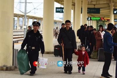 吴简辰在帮一名带孩子的旅客拿行李