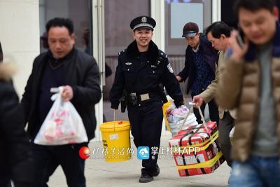 吴简辰帮一名老人拿行李