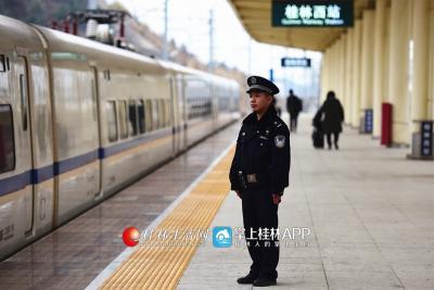 吴简辰在站台接送动车