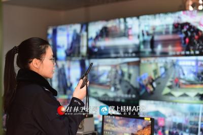 黄意珏正在派出所视频监控室工作