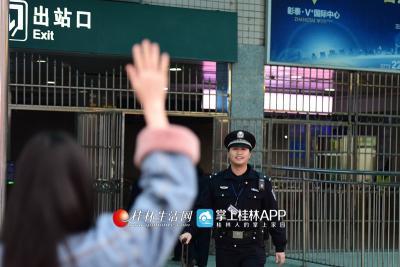 知道岳宁今天下车,妻子黄意珏特意在出站口等待老公,给他一个惊喜