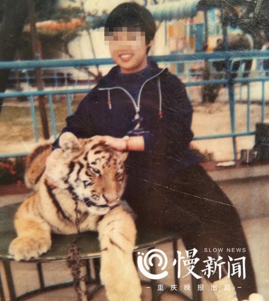 何某年轻时跟老虎的合影