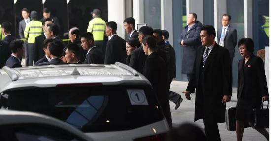△朝鲜代表团走出酒店,安保力量可见一斑。
