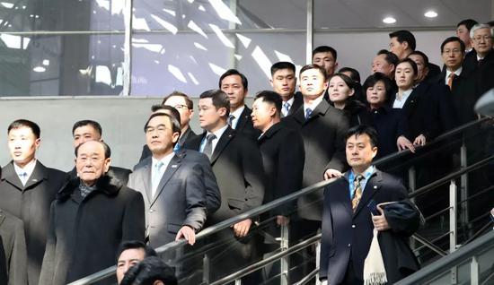 △朝鲜代表团从酒店出发,注意工作人员手中的密码箱。这名工作人员随代表团到韩国后一直紧跟金与正。