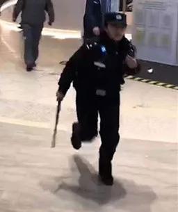在快速的移动的同时,她左手扶着执法记录仪,不停的进行汇报,右手拿着甩棍。