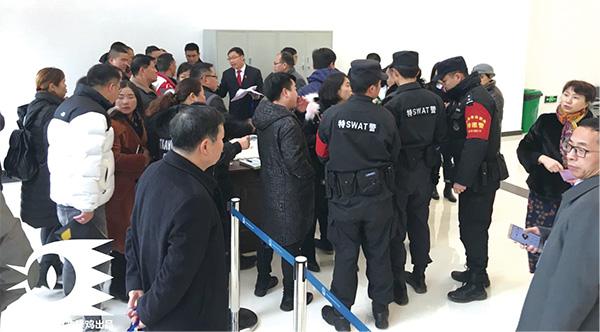市民排队领旁听证。