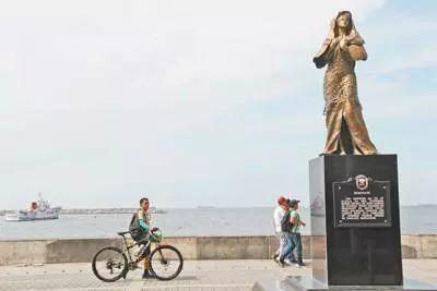 """在马尼拉湾设立的菲律宾国内第一座二战""""慰安妇""""少女铜像。(图源:人民日报)"""