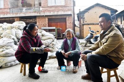 陈绪英经常会和贫困户聊天,询问他们需要什么帮助。