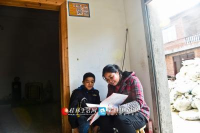 假期里,陈绪英在给贫困户的小孩指导作业。