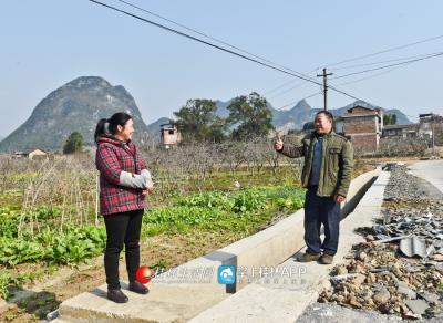 有了水渠,让灌溉农田更加方便,村民为陈绪英点赞。