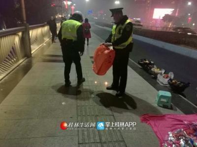 巡警在解放桥上收缴孔明灯