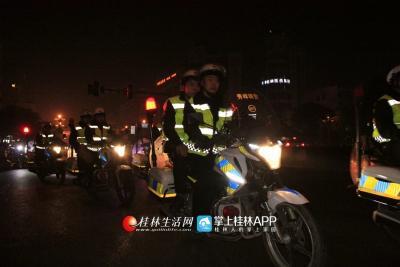 骑警在十字街头巡逻