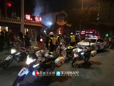 深夜十二点,千余市民于云集能仁寺烧香,骑警立即增援维护秩序