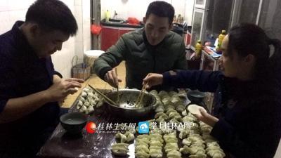 """完成工作之后已到凌晨一点,大伙包起饺子,准备吃一顿""""年夜饭"""""""