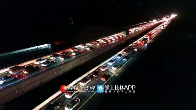 2月21日,是春节假期的最后一天,人们陆续返程,桂三高速公路出现返程客流高峰。(潘志祥)
