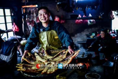 一些鳟鱼被他创新性地做成了鱼干。