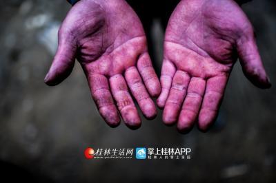 高山地冻水寒,手从水里出来就变成了紫色。