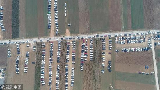 ▲村民将麦田设为停车场 图片来源:视觉中国