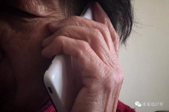 ▲2月24日,八十多岁的杨慧(化名),正在接保健品销售人员打来的电话。由于年龄大,健忘,杨慧甚至记不清在哪里买了什么,许多收据凭证更是找不到了。而购买的收藏品好些也找不到了。  新京报记者 大路 摄