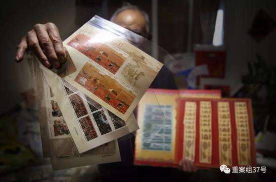 """▲2月24日,廖永林(化名)展示自己购买的部分钱币和邮票。早在2010年,廖永林接到收藏品销售的电话,就此开始不断购买钱币、邮票、粮票、字画等收藏品,而购买时承诺的""""回购""""、拍卖从来没有成功过。据廖永林说,花在这上面的钱已经近百万了。  新京报记者 大路 摄"""