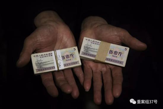 ▲2月24日,廖永林(化名)向记者展示自己购买的部分粮票。 新京报记者 大路 摄