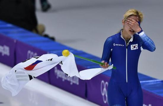 韩国选手拿下银牌,但赛后却现场跪地痛哭。