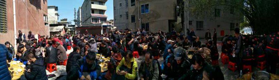 村民们在渡头村聚餐。善者快乐 摄