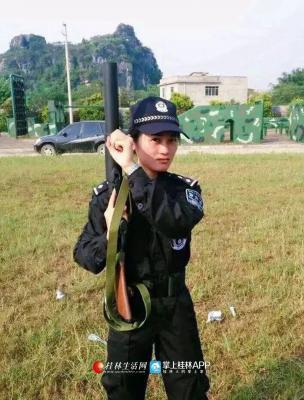 黄雪梅从小崇拜警察,高考时义无反顾的选择了警察学院,如今她人民警察内勤岗位上工作了6年。