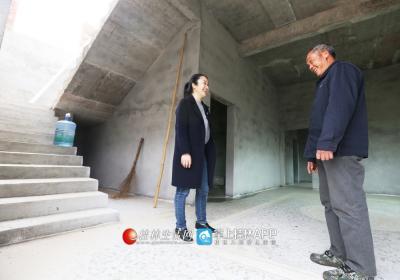 李凤鸣来到贫困户梁水德家里,看他家刚盖的新房。
