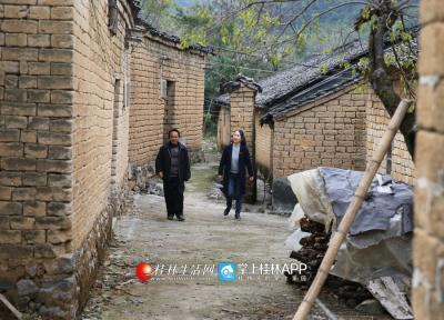 在苏家村委东开村,李凤鸣和贫困户一起聊家常,了解生活生产情况。