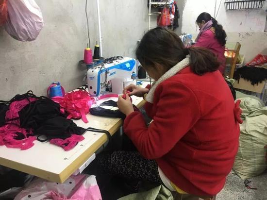 冬妮在车间工作。新京报记者陶若谷 摄