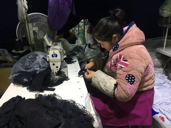 刘云正在缝纫机前赶工。新京报记者陶若谷 摄
