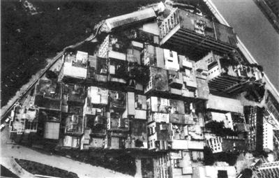 """上世纪九十年代的渔民村,私搭乱建盖满了""""握手""""楼、""""亲嘴""""楼。新京报记者 浦峰 翻拍自渔民村村史博物馆"""
