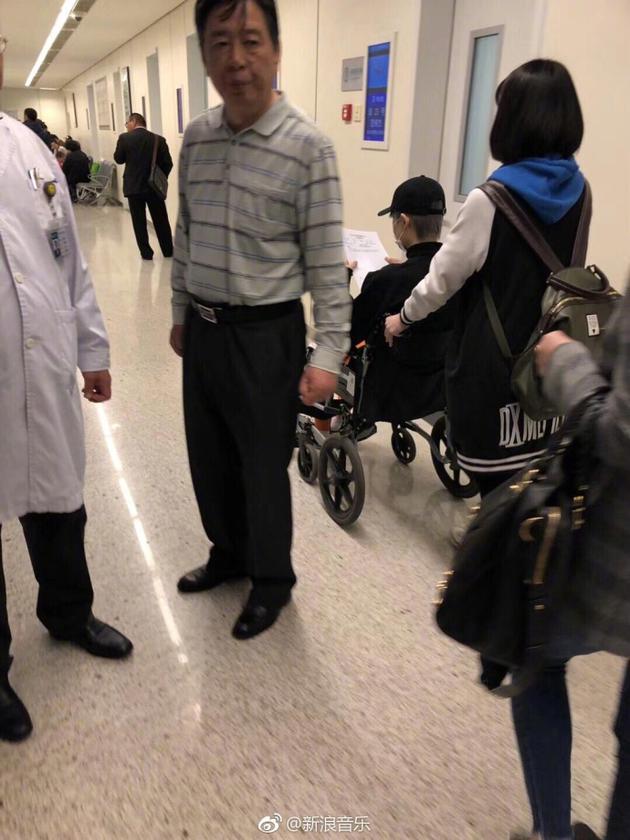 疑似李宇春坐轮椅背影照