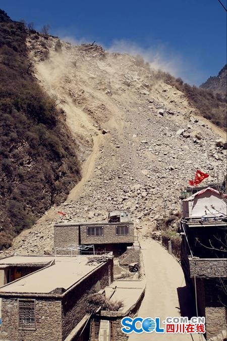 整座山坡下垮,沙石铺了160米