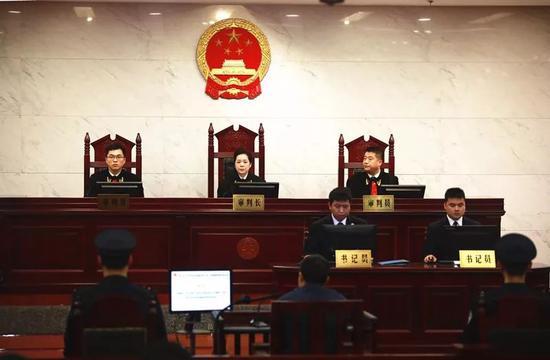 图为桂林中院院长陈敏(中)担任审判长组成合议庭审理案件