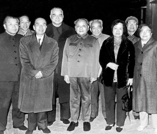 1984年春,邓小平视察深圳、珠海后与吴南生等合影。前排左起:吴南生、马万祺、邓小平、马万祺夫人、卓琳。图片来自网络
