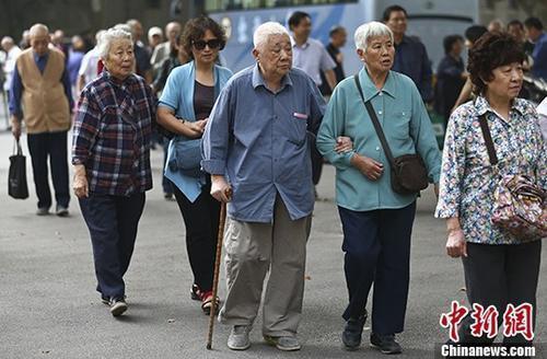 图为南京一所高校的退休教师们参加活动的资料照片。 <a target=