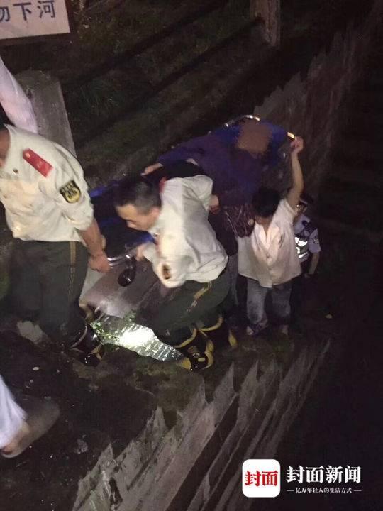 当晚工作人员参与救人