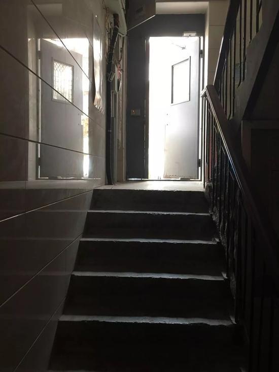 """(爱民里小区还有""""更深""""的地下室,从单元门进去需要""""下楼""""2.5米)"""