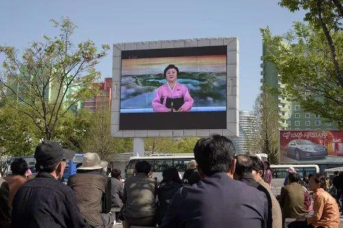 朝鲜民众21日在平壤街头收看关于朝鲜劳动党七届三中全会的电视报道