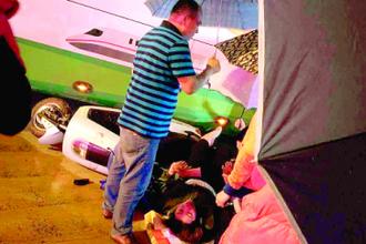 电动车被大巴压倒 30多位市民抬车救人