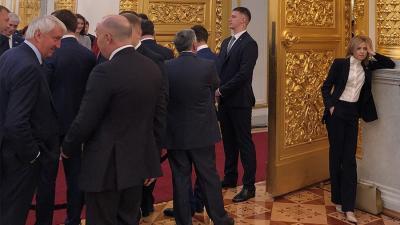 """5月8日报道,俄罗斯网红、前任克里米亚检察总长娜塔莉亚又在网上火了一把。在7日举行的俄罗斯总统普京就职典礼上,现任俄罗斯杜马娜塔莉亚一手插兜,一手托头,倚靠着边墙。照片中,她目光如""""炬""""、站姿""""挺拔""""、""""神采奕奕"""",与周围翘首期待普京入职宣誓的人们相比,显得格格不入。"""
