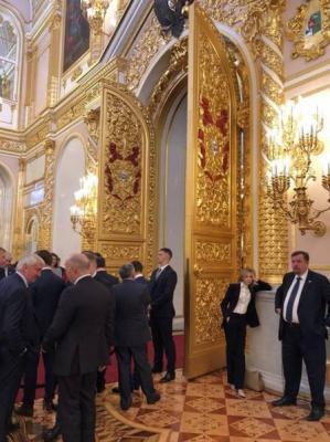 """俄罗斯网友们调侃道:""""我每天的心情都是'娜塔莉亚的'""""、""""我每次去Party的心情也是'娜塔莉亚的'""""与此同时,他们纷纷猜测为何娜塔莉亚看上去那么无聊:""""她在等待俄国沙皇尼古拉二世,但后者没有现身。""""这让人联想到,娜塔莉亚曾多次要求禁止俄罗斯2017年的电影《Matilda》上映。理由是,电影过于侧重肉欲和爱情,与被尊为圣者的尼古拉二世形象极为不符。"""