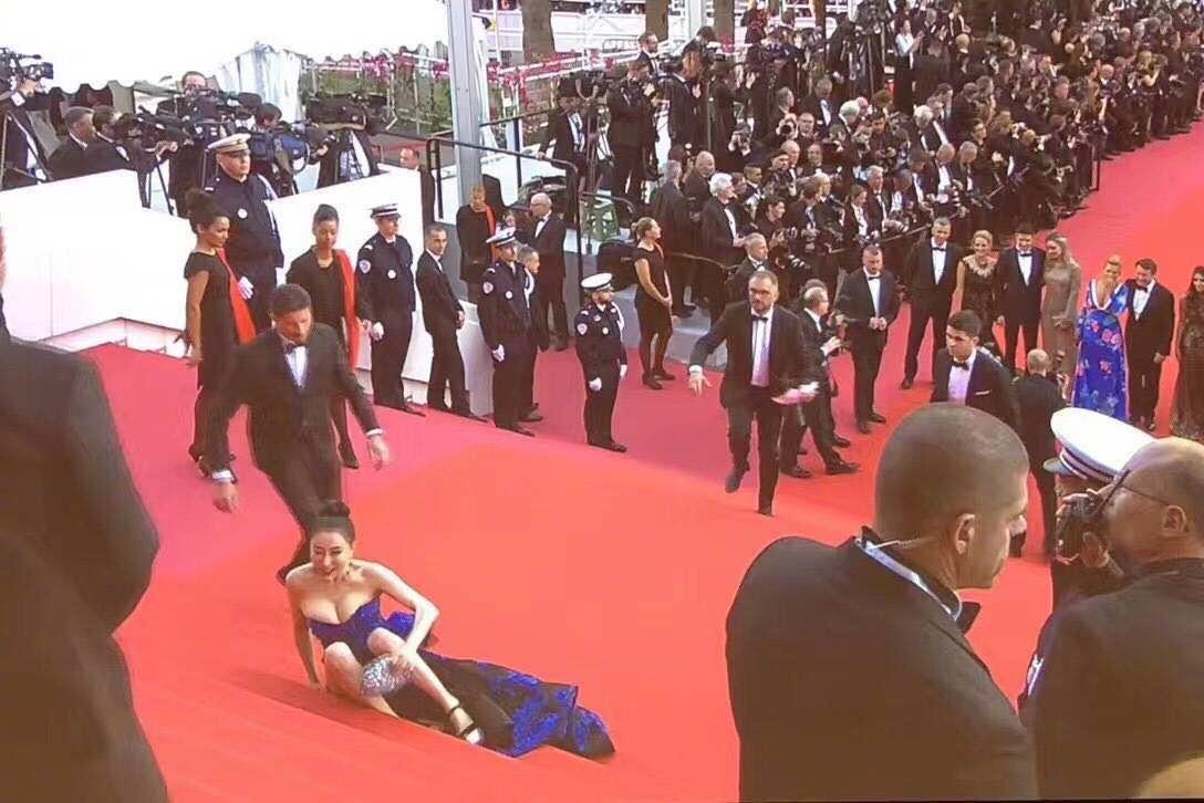 中国毯星戛纳红毯摔倒被直播,引外国影人驻足笑看